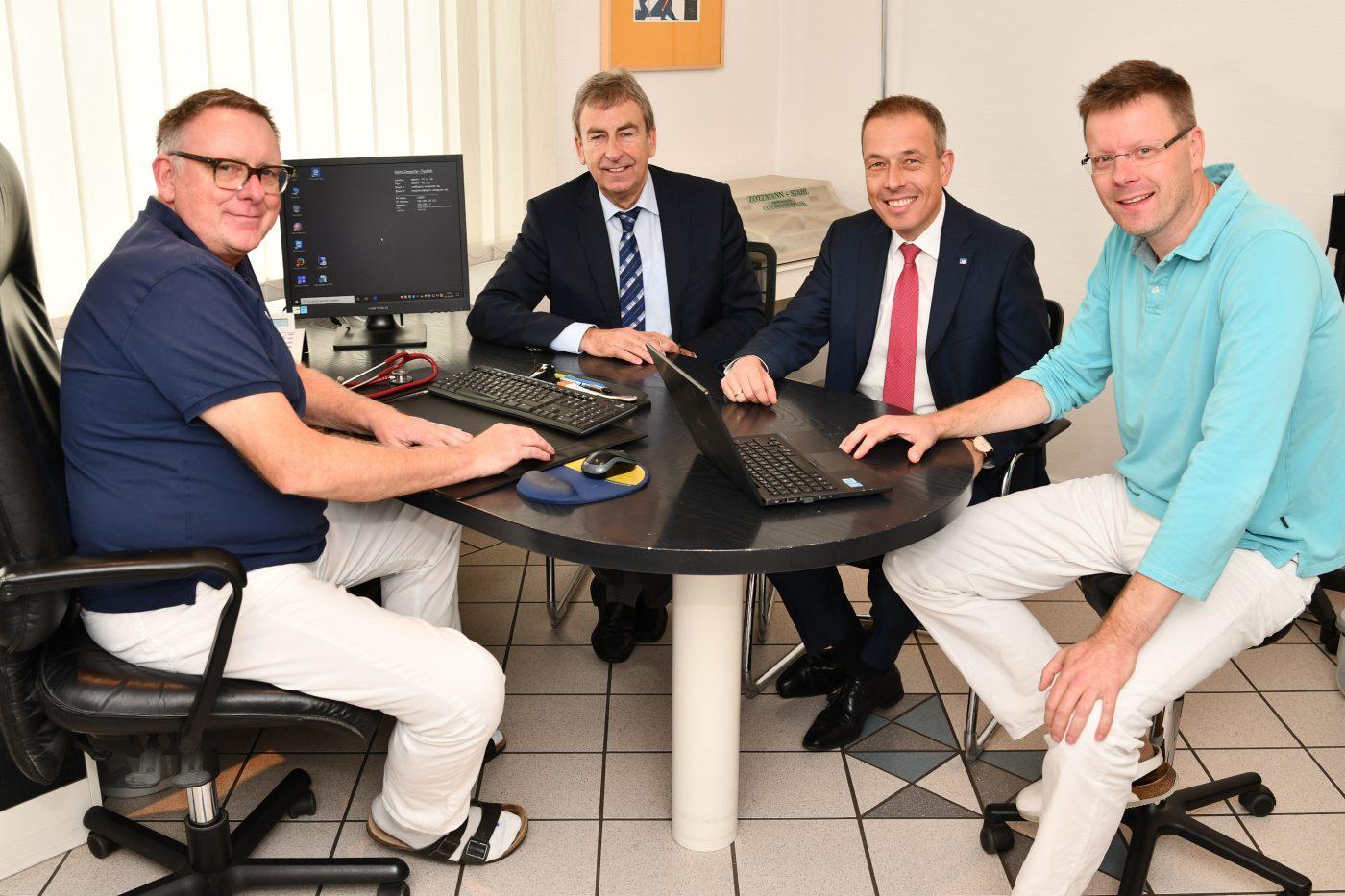 Dr. Elmar Arens (l.), Dr. Alexander Hoffmann (r.), Birger Kriwet von der Vereinigten Volksbank (2. v. r.) und Landrat Friedhelm Spieker