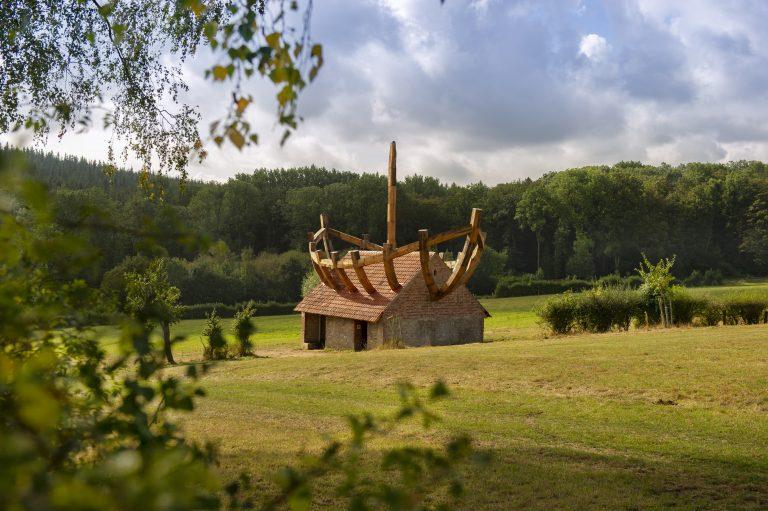 """Neuer Anziehungspunkt im Mühlbachtal: das Kunstwerk """"Boat in the house – house in the Boat"""" des Künstlers Ilan Averbuch wurde 2019 am Qualitätswanderweg """"Nieheimer Kunstpfad"""" errichtet."""