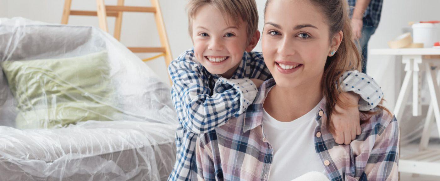 Glückliche Familie in gemütlichen Schlafzimmer