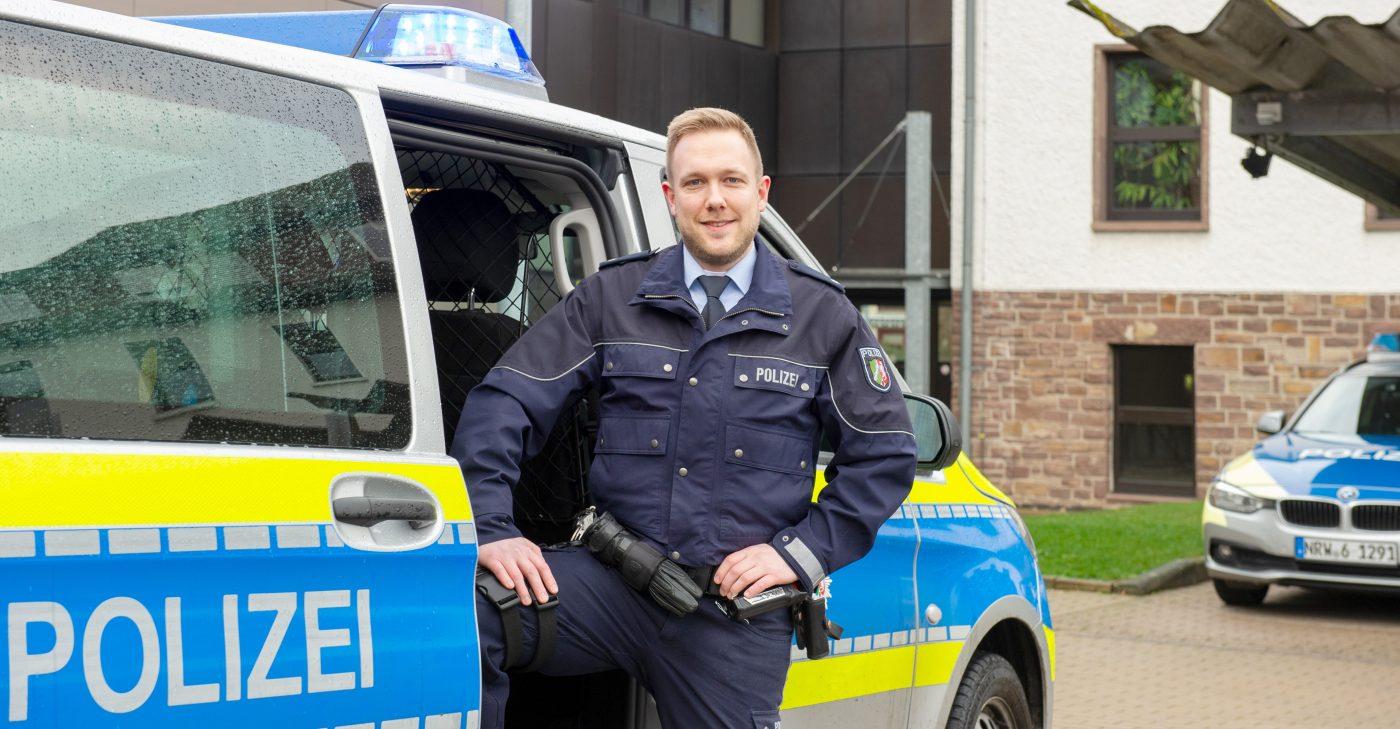 Ein Polizeibeamter im Fuhrpark